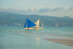 Ajardine com barcos e montanhas de navigação no fundo Boracay, Filipinas Fotos de Stock Royalty Free
