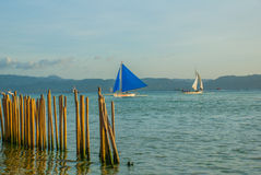 Ajardine com barcos e montanhas de navigação no fundo Boracay, Filipinas Imagem de Stock