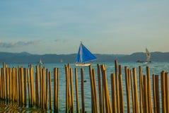 Ajardine com barcos e montanhas de navigação no fundo Boracay, Filipinas Foto de Stock Royalty Free