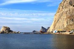 Ajardine com barcos em um fundo das montanhas Imagem de Stock