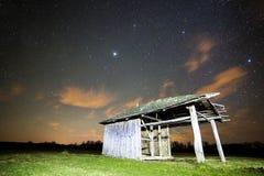 Ajardine com a barraca de madeira do vintage perto da floresta Imagens de Stock
