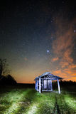 Ajardine com a barraca de madeira do vintage sob a luz das estrelas Fotos de Stock Royalty Free