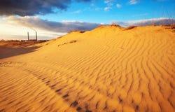 Ajardine com céu azul, dunas e central elétrica Imagens de Stock