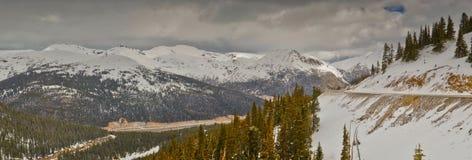 Ajardine com céu azul e árvores em Colorado Foto de Stock Royalty Free