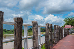 Ajardine com céu azul, montanha, a ponte Fotografia de Stock Royalty Free