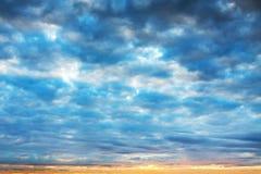 Ajardine com céu e nuvens no nascer do sol, por do sol Imagens de Stock Royalty Free