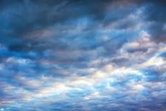 Ajardine com céu e nuvens no nascer do sol, por do sol Fotos de Stock Royalty Free