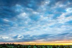 Ajardine com céu e nuvens no nascer do sol, por do sol Foto de Stock
