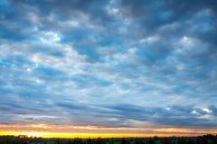 Ajardine com céu e nuvens no nascer do sol, por do sol Foto de Stock Royalty Free