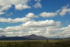 Ajardine com céu nebuloso e as montanhas de Ural Fotos de Stock
