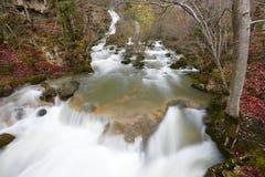 Ajardine com a cachoeira no tempo do outono em Navarra, Espanha Fotografia de Stock