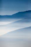 Ajardine com camadas coloridas de montanhas e de embaçamento no vall Fotografia de Stock