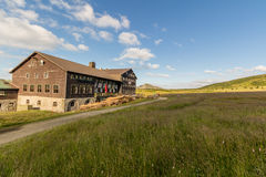 Ajardine com campo de grama e as nuvens agradáveis em Krkonose em República Checa Foto de Stock Royalty Free