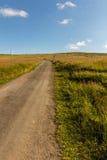 Ajardine com campo de grama e as nuvens agradáveis em Krkonose em República Checa Fotos de Stock Royalty Free