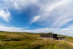Ajardine com campo de grama e as nuvens agradáveis em Krkonose em República Checa Imagens de Stock Royalty Free