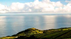Ajardine com campos da agricultura na ilha de Corvo, Açores, Portugal fotos de stock