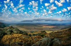 Ajardine com campos e o céu bonito em Dobrogea, Romênia Fotografia de Stock