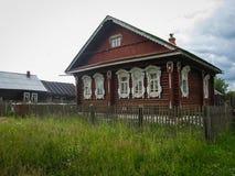 Ajardine com a casa da vila em Palekh, região de Vladimir, Rússia Fotografia de Stock