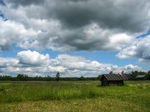Ajardine com a casa da vila em Palekh, região de Vladimir, Rússia Imagem de Stock Royalty Free
