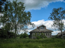 Ajardine com a casa da vila em Palekh, região de Vladimir, Rússia Fotos de Stock