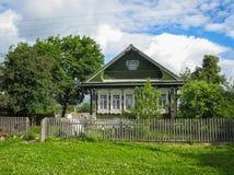 Ajardine com a casa da vila em Palekh, região de Vladimir, Rússia Imagens de Stock