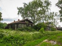 Ajardine com a casa da vila em Palekh, região de Vladimir, Rússia Fotos de Stock Royalty Free