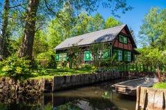 Ajardine com a casa de campo na área de Spreewald, Alemanha Fotografia de Stock Royalty Free
