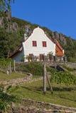 Ajardine com a casa típica de Hungria na montanha Badacs Imagens de Stock