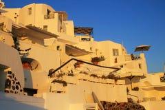 Ajardine com casas terraced, Oia, Santorini, Grécia Imagem de Stock