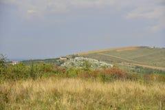 Ajardine com cemitério, capela no monte e hawtho Fotos de Stock