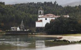 Ajardine com cemitério e rio em Barro, as Astúrias spain Imagens de Stock Royalty Free