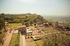 Ajardine com cidade índia e ruínas dos templos de pedra Fotos de Stock Royalty Free