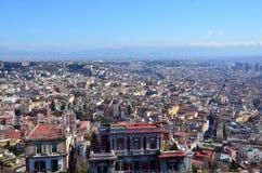 Ajardine com a cidade de Nápoles com casas e construções Imagens de Stock Royalty Free