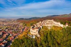 Ajardine com cidade de Rasnov e a fortaleza medieval, Brasov, a Transilvânia, Romênia imagem de stock