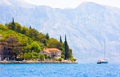 Ajardine com cidade mediterrânea - Perast, baía Boka Kotorska de Kotor, Montenegro Imagem de Stock