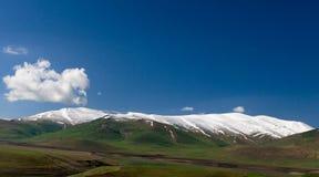 Ajardine com coberto pela montanha na província de Syunik, Armênia da neve Imagem de Stock