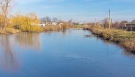 Ajardine com começar congelar o rio de Orchyk na cidade de Karlovka, Ucrânia Imagem de Stock