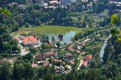 Ajardine com complexo do lazer de Ciucas do lago do recurso de Baile Tunsad, a Transilvânia, o Condado de Harghita, Romênia Imagem de Stock