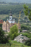 Ajardine com a construção do templo na vila Fotografia de Stock Royalty Free