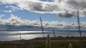 Ajardine com a costa do lago, do céu nublado e das nuvens, praia vazia Fotos de Stock