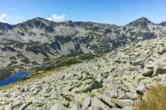 Ajardine com Dalgoto o lago longo, montanha de Pirin Imagem de Stock