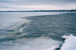 Ajardine com do rio de Dnepr em janeiro na cidade de Dnepr, Ucrânia Imagens de Stock