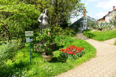 Ajardine com a estátua romana no jardim botânico de cluj Foto de Stock