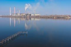 Ajardine com estação da energia elétrica ao lado do rio de Dnepr na cidade de Dnepr, Ucrânia Fotografia de Stock