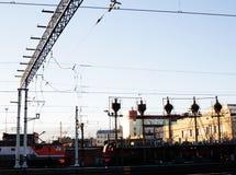 Ajardine com a estrada de ferro com trens, lote das vigas de aço no por do sol Imagens de Stock Royalty Free