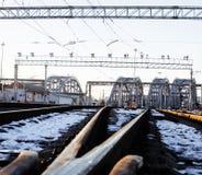 Ajardine com a estrada de ferro com trens, lote das vigas de aço em sóis Foto de Stock