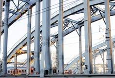 Ajardine com a estrada de ferro com trens, lote das vigas de aço em sóis Fotografia de Stock