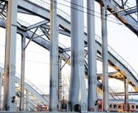 Ajardine com a estrada de ferro com trens, lote das vigas de aço em sóis Foto de Stock Royalty Free