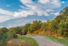 Ajardine com a estrada de terra na montanha, península crimeana Fotos de Stock Royalty Free