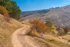 Ajardine com a estrada de terra no pasto Demerdzhi da montanha, península crimeana Imagem de Stock Royalty Free